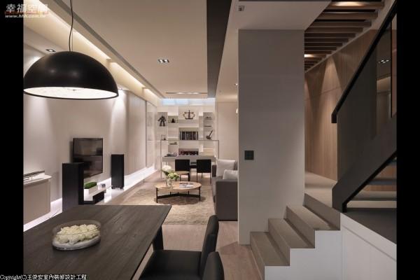 设计师将餐厅与视听室构筑于同一面向,并借着色彩浓浅的运用及层次的高低落差,营造视觉层次的丰富感。