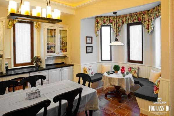 休息过后,进入开放式餐厅与厨房,奶黄色墙面与碎花窗幔共同构成家庭生活的重心——厨房。简洁、清新的厨房展示了美食的制作过程,昏黄的灯光展示最美味的就餐区。