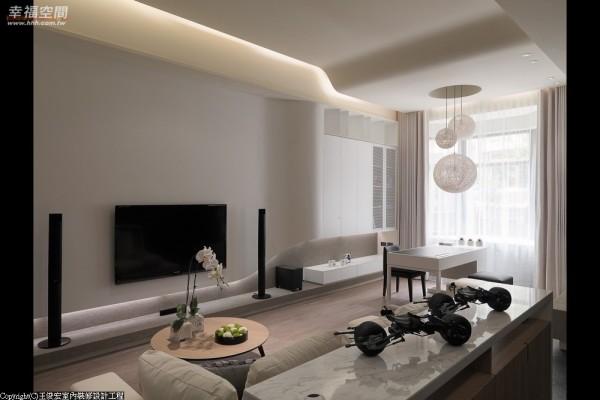 将设计感知铺述于各层空间之中,把屋主的兴趣及收藏纳为设计表情,赋予场域真挚温度与生活态度;而挑高的天花板的线条,也呼应电视主墙的流线造型,让空间更加流畅。