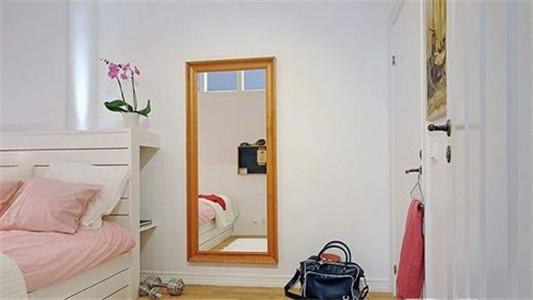 墙壁上的裝衣镜也会增大房间的空间感