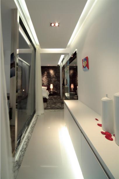 走廊:地灯和顶灯的相互照应,使得这个走廊充满了浪漫气息。让人觉得这就是主人的小小私密空间,在这里,可以完成所有的心事。