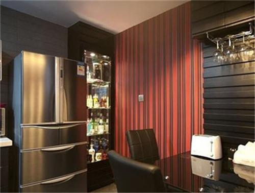 酒是本命,放得满满的酒柜就是有一种满足感,还很有情调,餐桌上方是水电箱,把它外面包了一层木条装饰改造成这样的,下面倒吊酒杯,很有新意,酒柜边的红黑条纹墙纸别有一番风情,一个人的小空间也可以很有格调。