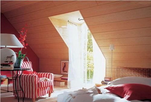 用宽木板装饰斜面屋顶,墙面整洁大方又充满质感,木板墙面装饰还有降温