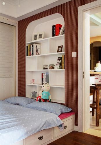 次卧床头墙壁掏空,形成了一个内嵌式的收纳书柜图片