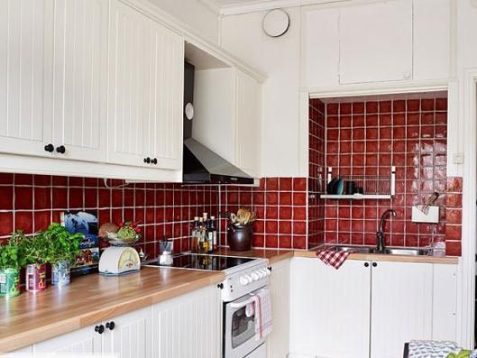 小厨房吗最重要的就是收纳问题了,上方的吊柜,下方的地柜都是不可忽略的空间。实在不行墙面上也可利用起来,无论是搁架还是吊篮都行。