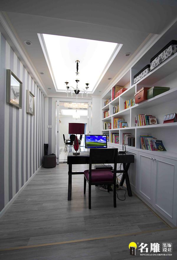 名雕装饰设计——书房:灰白条纹相间,营造素雅的读书空间,通墙的置物书架映入眼帘,茶余饭后间,信手拾来一本,或伴咖啡,或品香茗,感受自我空间的小资情调。