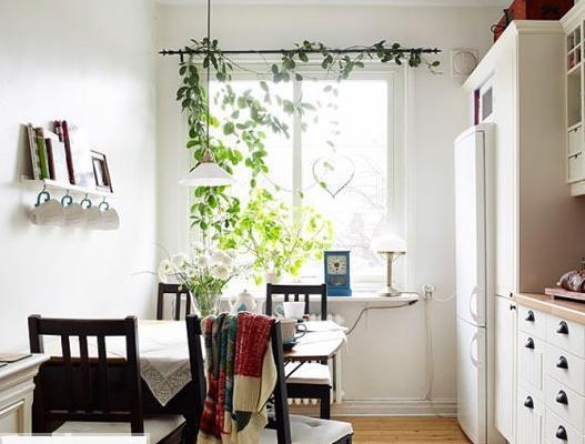 盈满绿意的典雅餐厅、厨房设计。对小空间来说,不可避免的就是餐厅和厨房在同一个地方,那么所要面对的问题就是厨房中油烟的处理。以及餐厅和厨房的区域划分。墙面上小隔断也能起到不错的收纳作用。