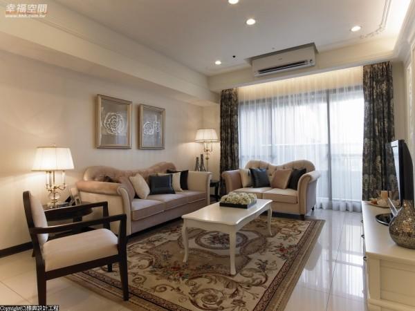 优雅线板装饰让天花板更有丰富表情,除了间接灯光、嵌灯之外,再以作工细致的桌灯呈现不同的情调。