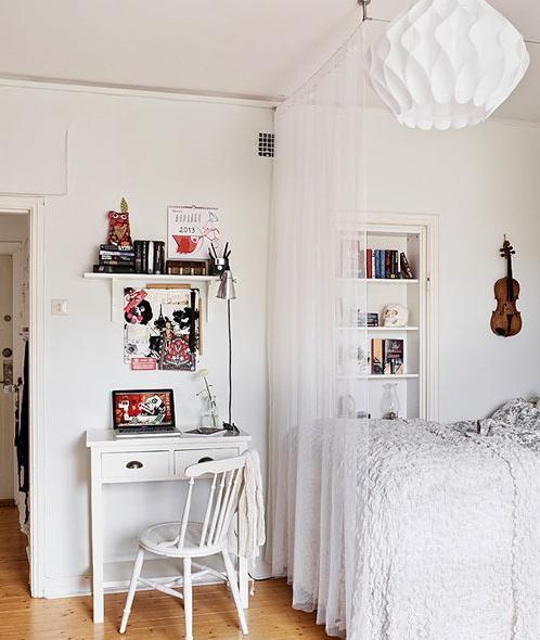 门口空出的地方放上一张简易的桌子就成了非常不错的办公点,既将空出的地方进行了很好的利用,墙面上的装饰画在色彩上很好的形成了对比。同时和后方的床之间的纱质透明隔断也非常漂亮。