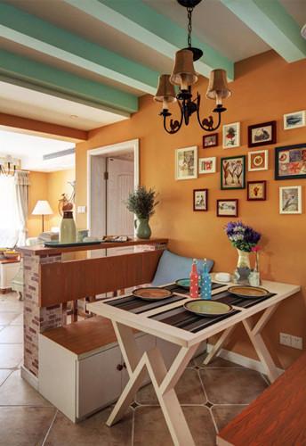 餐厅吊顶的横梁也选用了浅蓝色,卡座设计更为小户型节省空间  餐厅卡座背后是吧台的设计,体现了同一空间极致利用