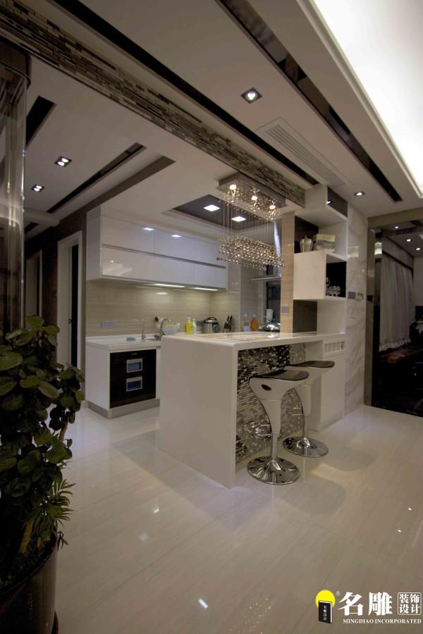 名雕装饰设计——吧台:开放式的厨房结合吧台,打造现代感十足营造家庭的时尚气氛。