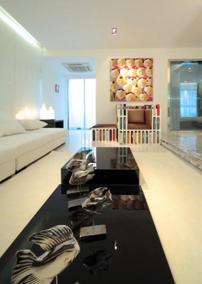 客厅2:长条形的白色客厅加上加长的黑色茶几。让轻飘的空间感多了一份重量。更使得空间充实而有质感。