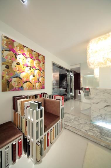 客厅1:最亮眼的就是那设计感十足的书架椅。简单而时尚的设计为整个空间增色非常。加上色彩明快的装饰画,把主人的品位显露无遗
