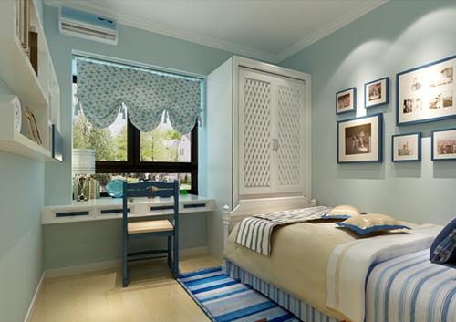 床品换成蓝白相间的小细格子,AB版的样式,活泼可爱。纯白色的枕头,蓝白相间小个子的枕头,白色的飞边,温馨可爱。同样色彩的心形的抱枕,甜美可爱,卧室充满了浓郁的地中海风韵。
