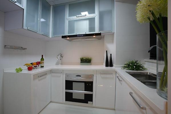 户型的格局整体比较方正,只是一些储物功能缺失,所以厨房与卫生局之间的空间作为冰箱跟储物柜;厨房里可以做出边柜来增加储物。