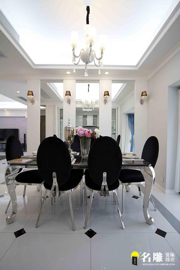 名雕装饰设计——餐厅:镜面餐桌搭配黑色靠椅, 平添了一份高贵气质。
