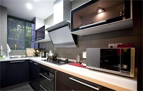 厨房,黑色烤漆面橱柜,透明碗柜内置灯光,都是XIMI陪购之前脑中就已经有得蓝图,安装完成之后真心让我惊艳了一番,