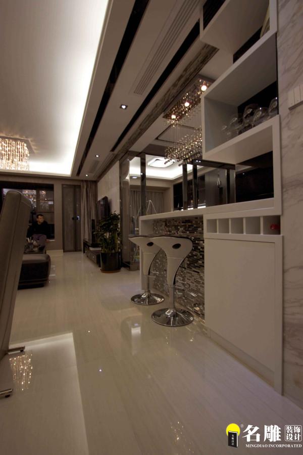 名雕装饰设计——吧台一侧:开放式的厨房结合吧台,打造现代感十足营造家庭的时尚气氛。
