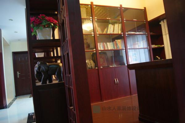 书房整排书架,容量大,主人可以收藏很多喜欢的书籍哦