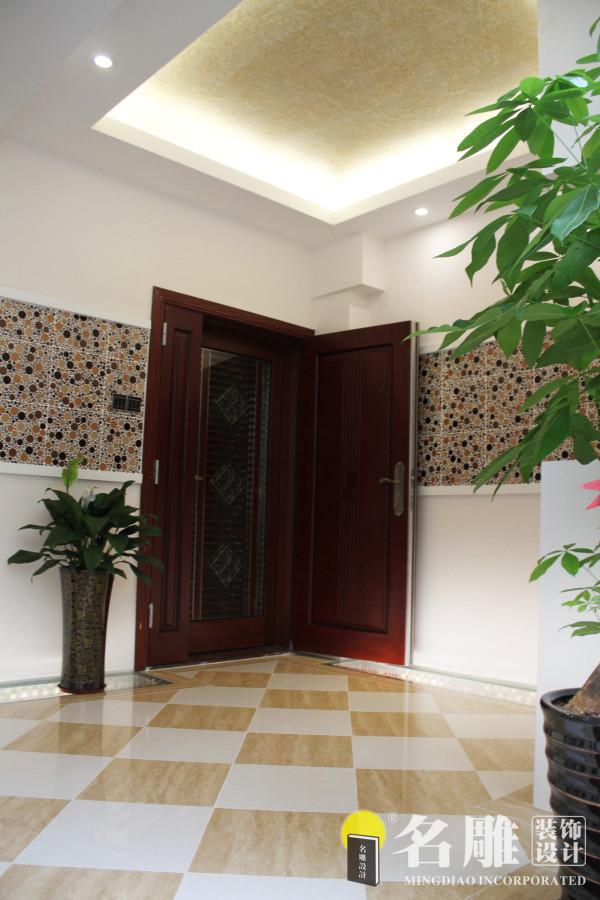 名雕装饰设计———玄关:玄关设计空间宽敞,体现主人大气、时尚的品质,配置两颗绿色盆栽,让整个空间充满了生机。