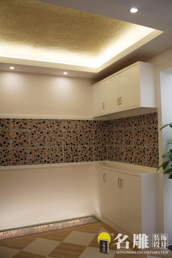 名雕装饰设计———鞋柜:白色嵌入式墙柜,节省空间,功能实用。