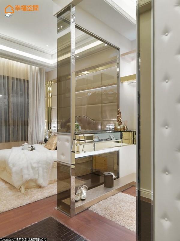 玻璃中搭配绷皮,延伸床头主墙的华丽元素,也增加了设计的精致度。