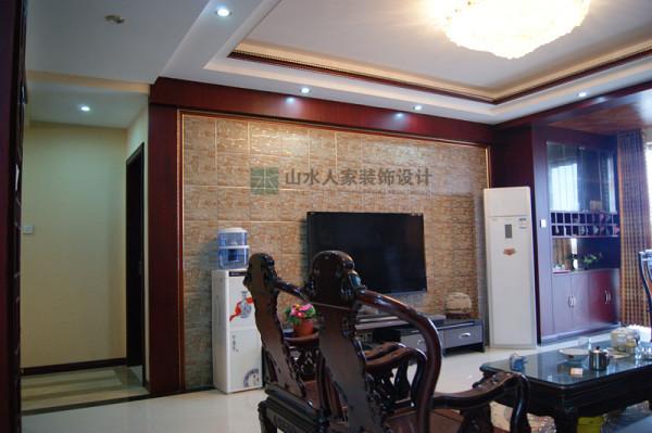 客厅电视背景墙,墙壁贴装饰砖,四边红胡桃木包边,与顶部的木脚线相呼应