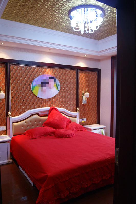 婚房哦,喜庆是必须的,大红的床罩,很漂亮的
