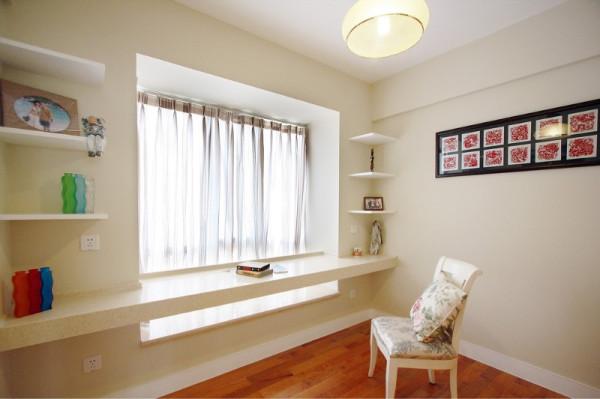 书房比较巧妙的是利用飘窗位置,作出了学习工作的办公区域,很简单一个隔板作为办公桌,书架错落的放着几个简单的隔板,墙漆配上淡淡的黄灰色,再来一把椅子,整个空间充满了清新自然的田园的感觉。