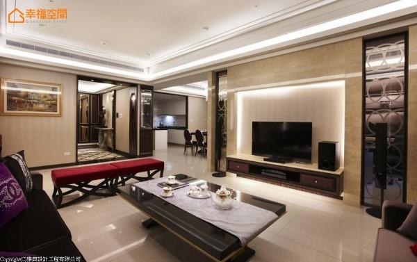 同材质运用在电视主墙面混搭入壁纸暖度,展示性台面穿插,丰富了视线穿透时的趣味。