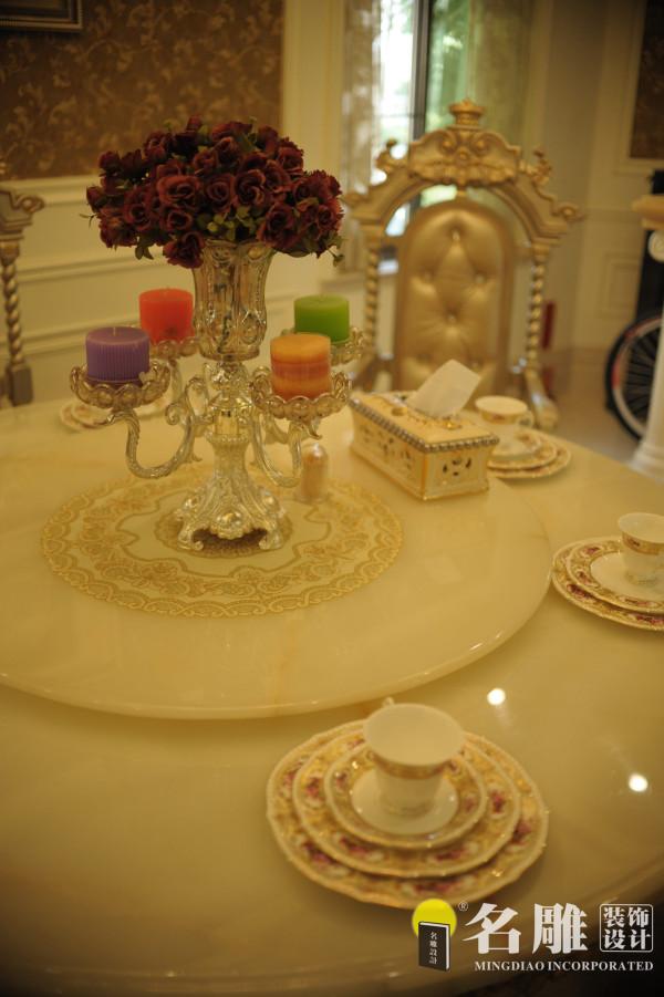 餐桌:大理石餐桌搭配高档的餐具摆设让整个餐厅精致高贵