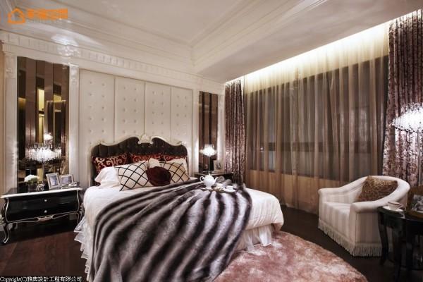 镜面元素推演,床头两侧弯折出利落的波浪线条,低调夸饰着折射效果。