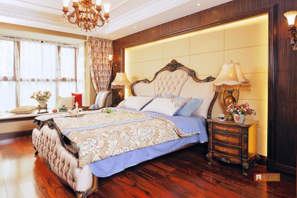 法式大床,床头尾的精细雕花,庄重大方、典雅气派,柜子整体样式具有华美浑厚的效果,阳光洒进来,让整个房间舒适温暖。