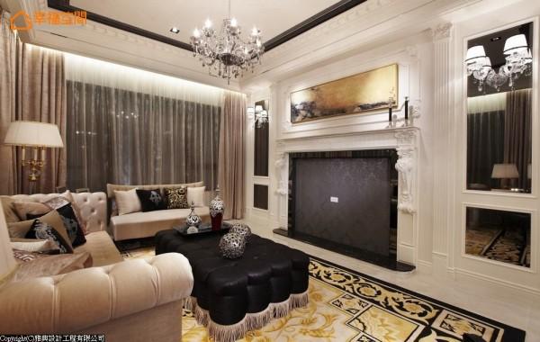 壁炉定义出的电视主墙,上方辅以金色画框与贝壳板画作,衬以镜面的对称性完整点出古典意象。