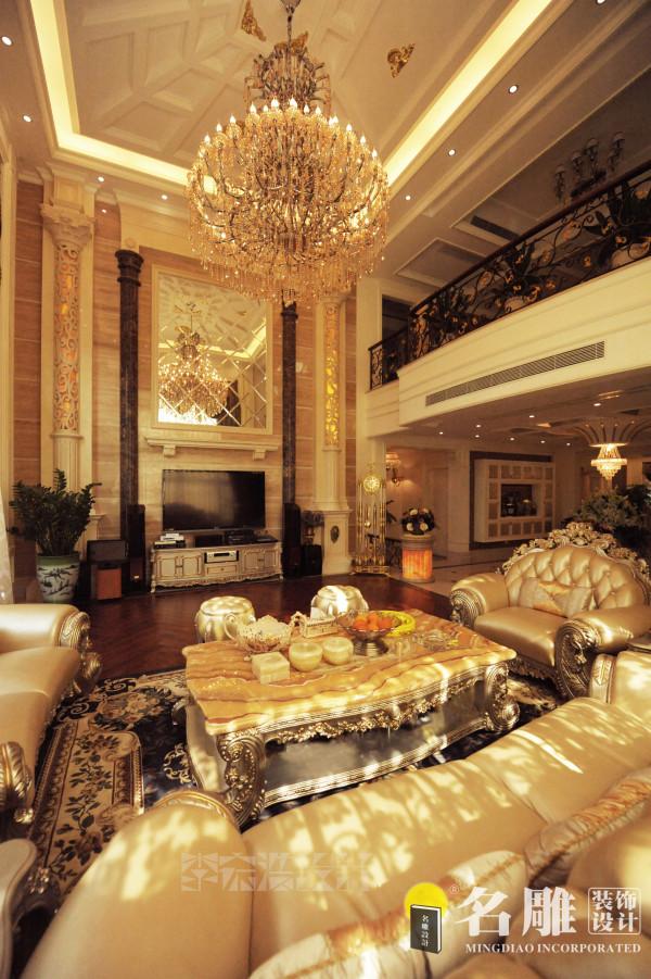 名雕装饰设计——客厅:通过灯光和高端材料的使用及工艺品的搭配来营造富丽堂皇的感觉。尽显富贵华丽精致品位而不庸俗,完全是一种高档皇室般生活的体现。