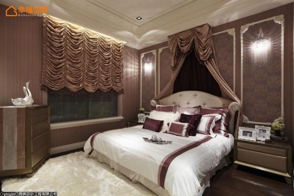 紫藕床幔的柔软,缀以穗子的高雅,金箔线板打造犹如皇室的氛围。