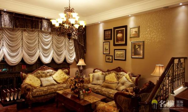 名雕装饰设计——客厅:罗马柱,油画,复古的金属色画框,融合了现在主义的元素,更大胆的色彩搭配。将整个空间高贵、典雅、淋漓精致的表现出来。
