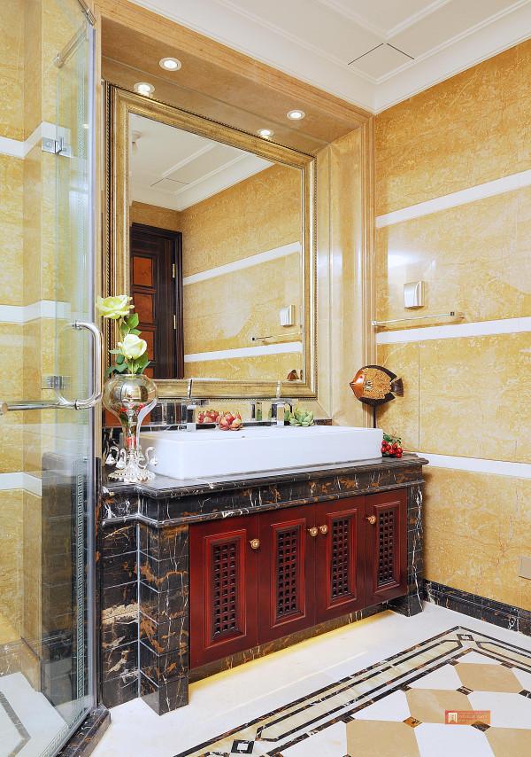 暗红色的实木洗手台,延续整个空间的古典气息,稳重而不是典雅。