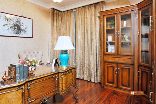 书房主要为实木的书柜,实木的写字桌,无不体现出一种书香气息。