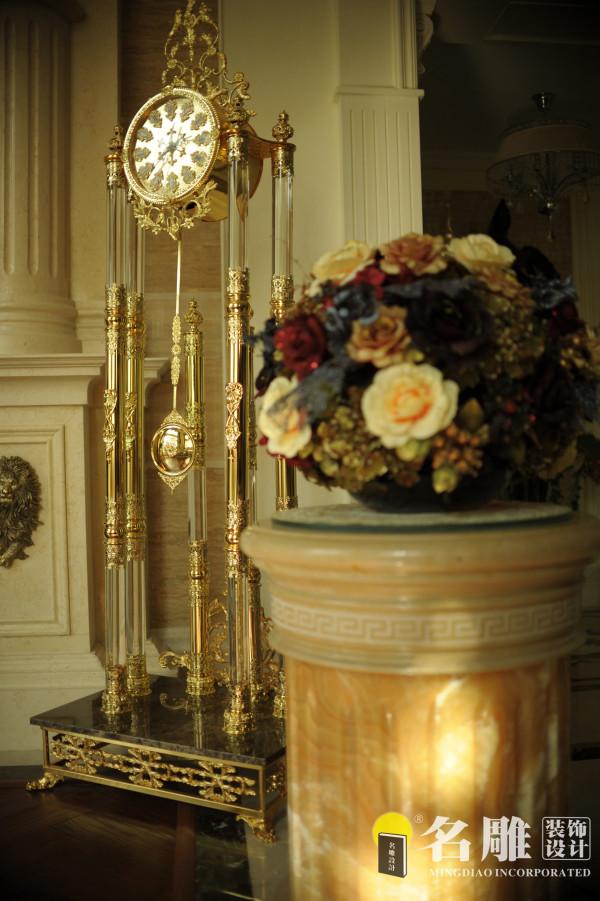 高档的工艺品摆设让每个区域都显得精致华贵。整个设计尽显富贵华丽精致品位而不庸俗,完全是一种高档皇室般生活的体现。