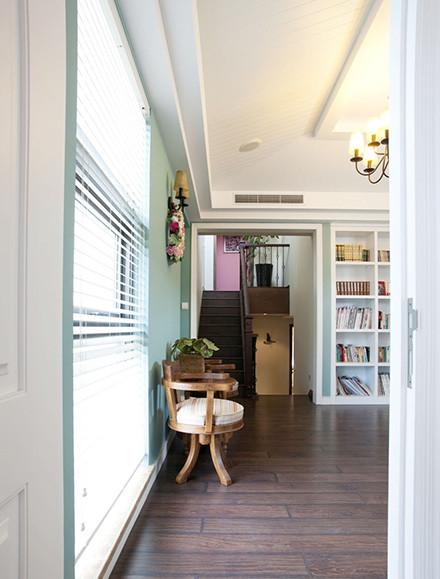 书房运用的是白色的踢脚线,与楼上异域风格分隔开来,颜色上的过渡处理,楼上楼下,别有一番风景。