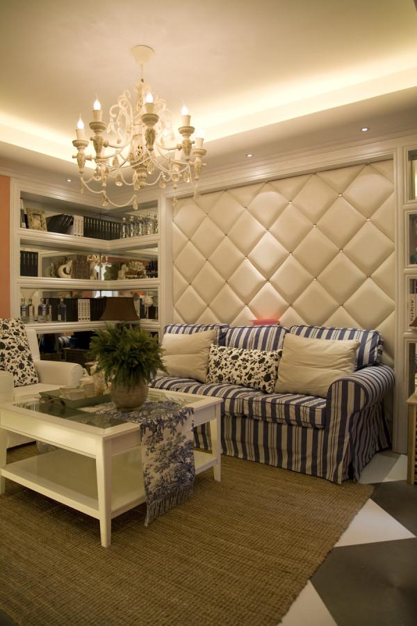 蓝白条纹沙发搭配白色的硬件搭配。让空间变成浪漫的地中海。