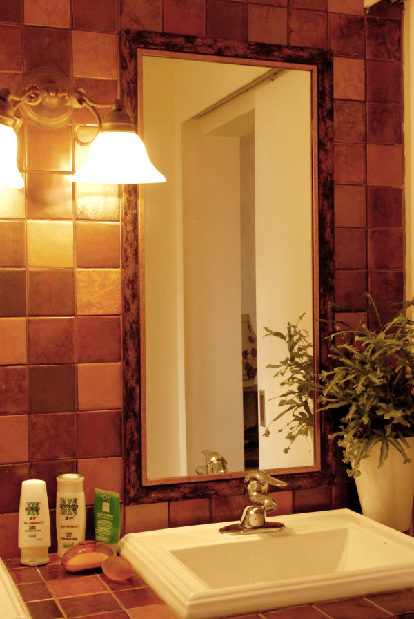 红棕色的马赛克瓷砖,搭配铁艺的灯具,