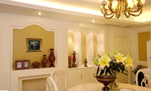 弧形的电视背景墙,搭配一些搭配五,让空间更加丰富。