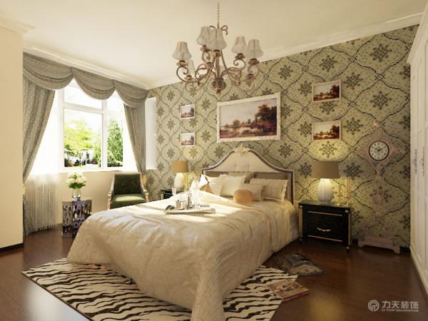 卧室的墙面用壁纸进行装饰,舒适不单调。