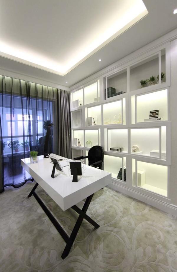书房顶面是没有主光源的设计,靠辅灯照亮整个空间,书桌后面是一个大大的错落格局的书柜兼备储物柜,一个白色简单线条书桌,一把黑色椅子,整个富贵大气的书房出现在我们眼前。