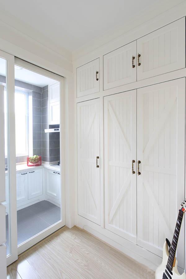 户型的格局整体比较方正,只是一些储物功能缺失,所以厨房与卫生间之间的空间作为储物柜