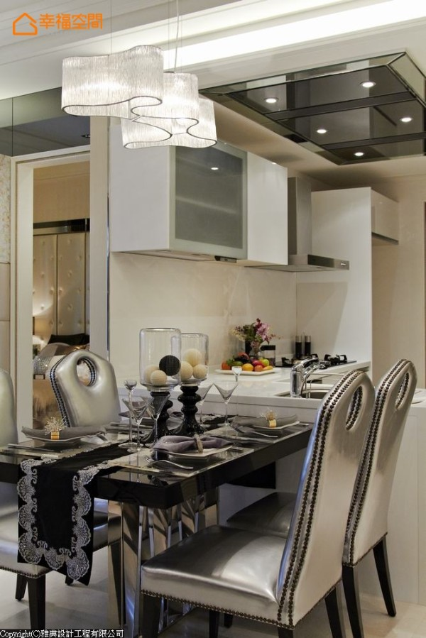 餐桌椅线条、不规则灯饰的造型,以闪耀的时尚元素糅合轻古典印象,甚至后方厨房的天花板,亦装饰镜面呼应设计主轴,