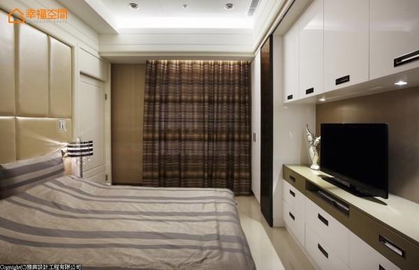 跳脱黑白色系的限定,设计师选以普普风特殊玻璃为门片,局部跳色遮掩住衣柜杂乱也修正出床心位置。