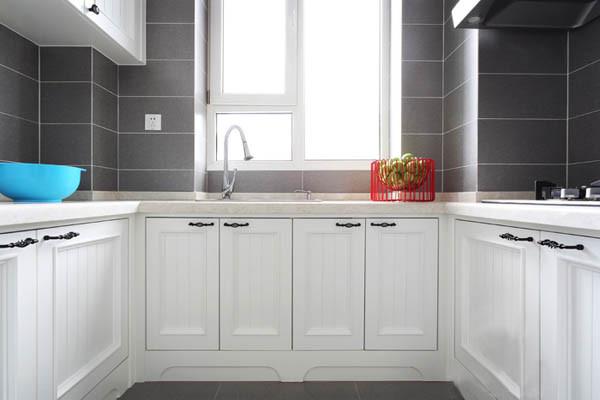 厨房采用玻璃门既通透又能看到漂亮橱柜。